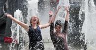 Омичи открыли купальный сезон в фонтанах
