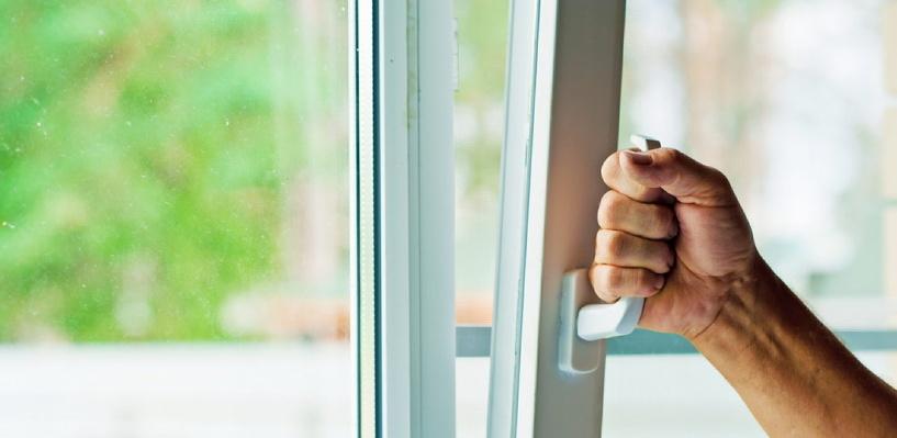 В Омске из окна выпал двухлетний ребенок