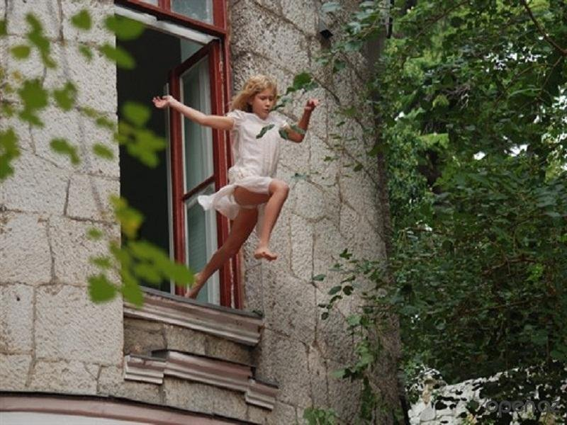 В Омске 18-летняя девушка пыталась выпрыгнуть из окна