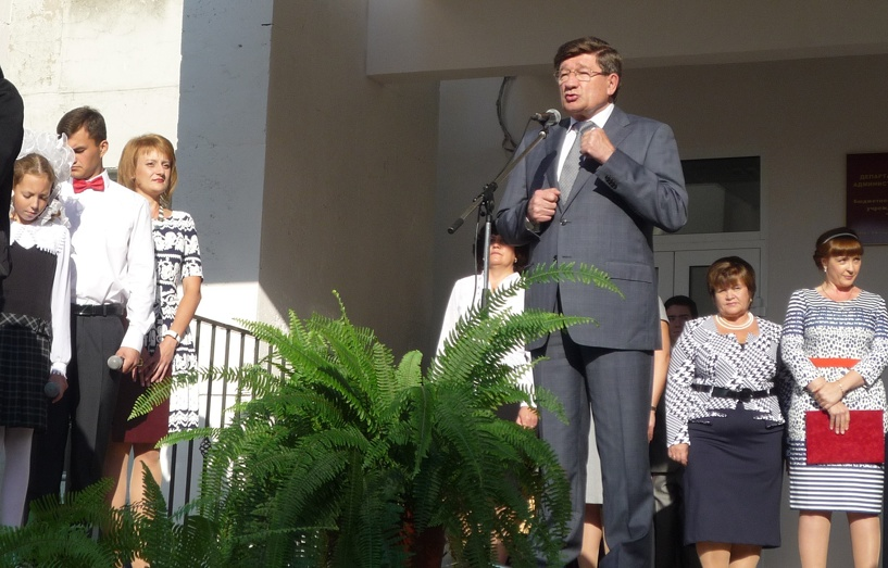 Мэр Омска открыл линейку на День знаний в школе №145