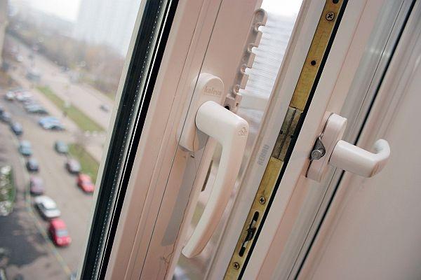 В Омске 7-летняя девочка выпала из окна 8 этажа
