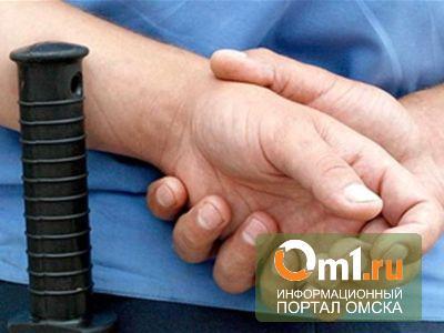 В Омске полицейский избил клиента службы такси