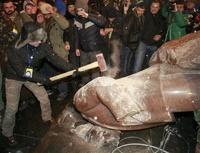 В Интернете продают обломки разбитого в Киеве памятника Ленину