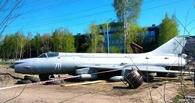 На улице в Омске разместился истребитель-бомбардировщик