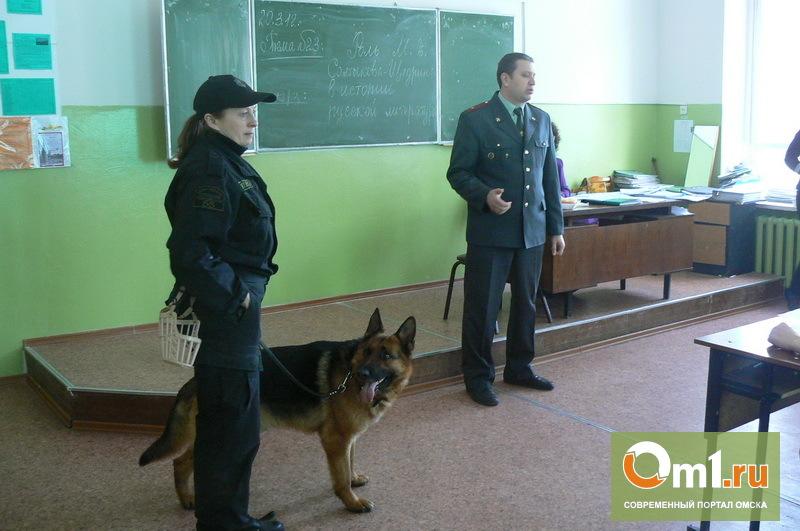 Омских студентов с собаками обыскивали на наличие наркотиков