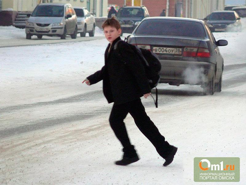 В Омске 10-летний мальчик перебегал дорогу и угодил под машину