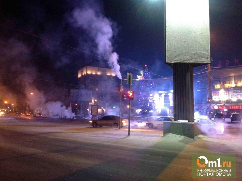 В Омске из светофора уже несколько дней валит дым