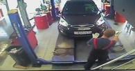 В Омске женщина-водитель прижала механика автосервиса к стене (ВИДЕО)
