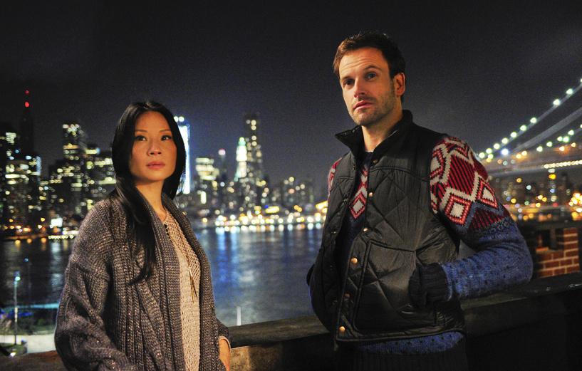 Премьеру 3-го сезона детективного сериала «Элементарно» можно будет посмотреть в Амедиатеке одновременно с США и абсолютно бесплатно.