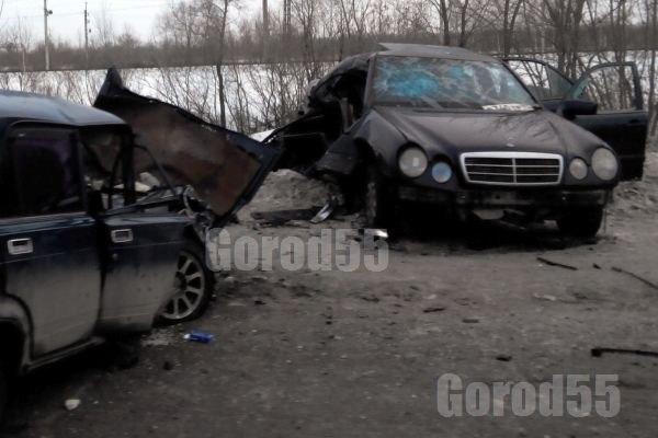 ДТП в Омске: Mercedes врезался в «семерку»