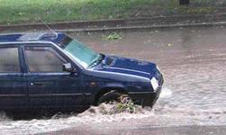 В Омске в ливень при лобовом столкновении с джипом погиб пассажир иномарки