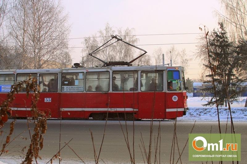 В Омске автокран столкнулся с трамваем
