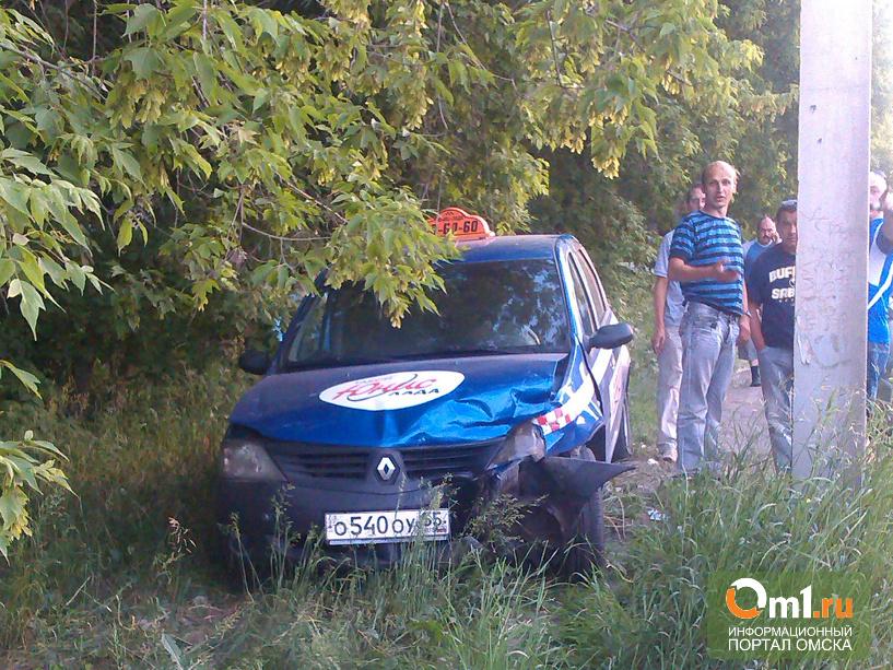 В Омске такси не разъехалось на перекрестке с Toyota Avensis