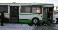 Водитель сгоревшего в Омске автобуса получил ожоги горла