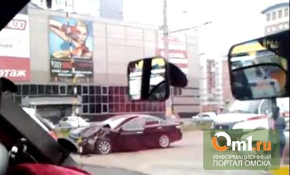 В Омске на Левом берегу столкнулись две Toyota (ВИДЕО)