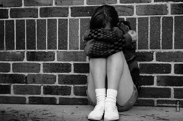 В Омской области мужчина изнасиловал 14-летнюю девочку