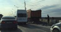 На Ленинградском мосту в Омске КамАЗ на несколько десятков метров рассыпал битум (ОБНОВЛЕНО)