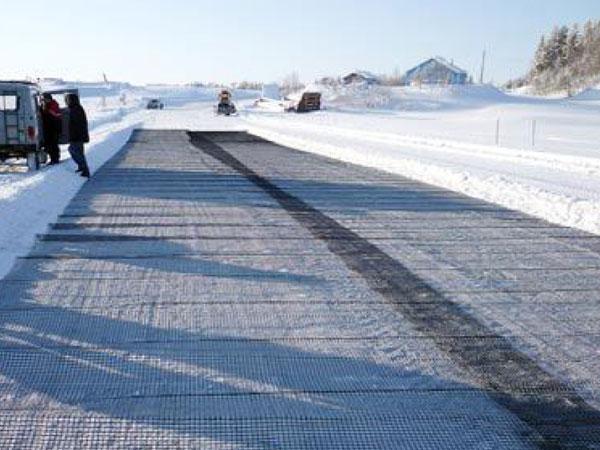 В Омской области ледовые переправы укрепляют инновационной геосеткой
