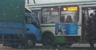В Омске грузовик врезался в автобус. Есть пострадавший (фото)