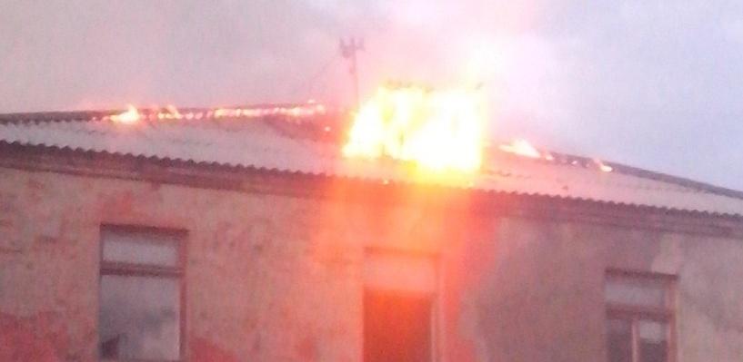 В Омске 40 пожарных четыре часа тушили заброшенное училище