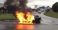 В Омске во дворе дома по улице Декабристов сгорел автомобиль