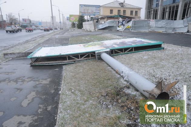 Мэр Омска велел починить опасные рекламные конструкции