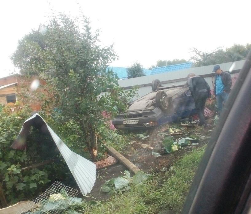В Омске водитель сбил женщину, снес забор и скрылся с места ДТП