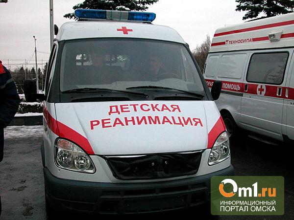 В Омске грузовик у метромоста снес с дороги семь автомобилей