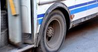 Выйдя из автобуса на остановке в Омской области, пенсионерка упала под колеса