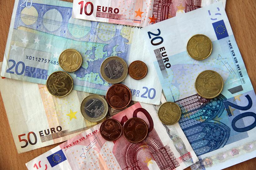 Доллар — за 70, евро — за 81. Рубль рухнул вслед за нефтью