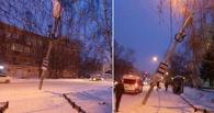 В центре Омска фонарный столб может упасть на тротуар