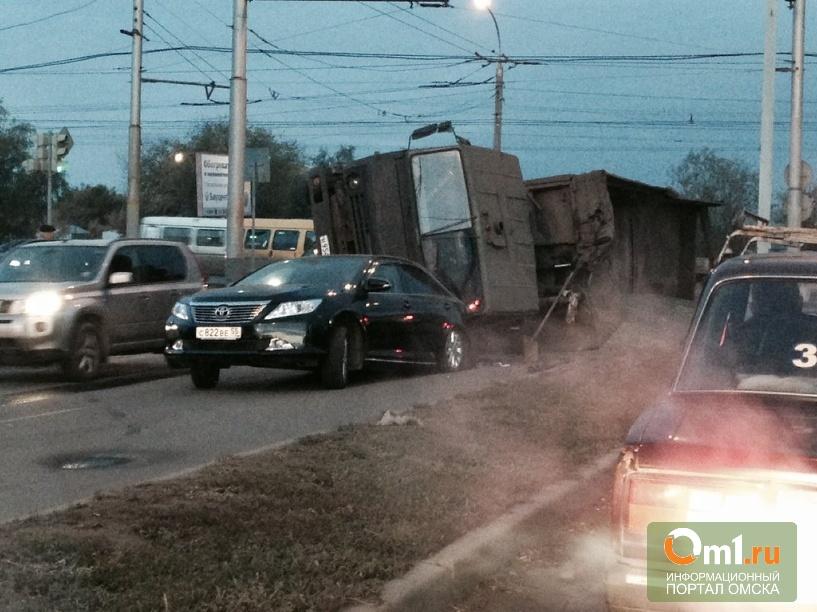 В Омске грузовик с щебнем перевернулся на новую Camry