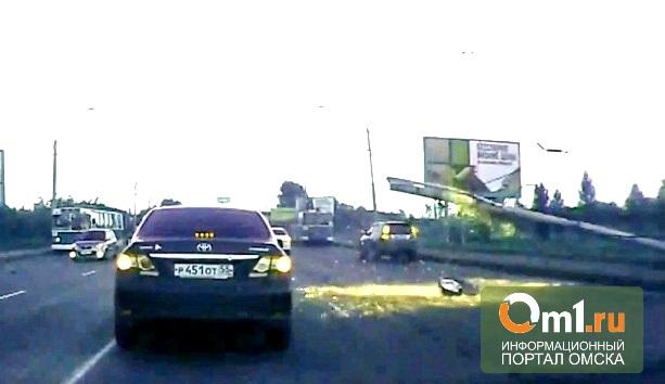 Омичка сняла на видео момент падения столба на Ленинградском мосту