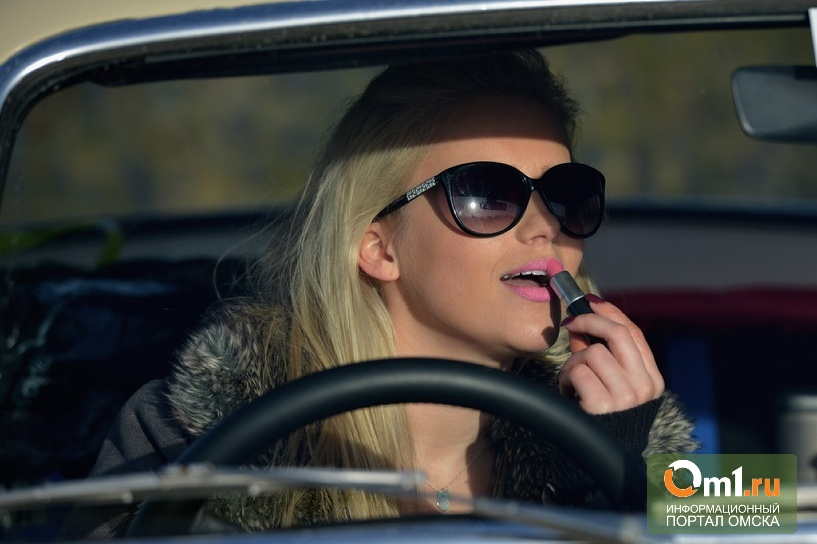 В Омске девушек заставят переодеваться в авто на скорость