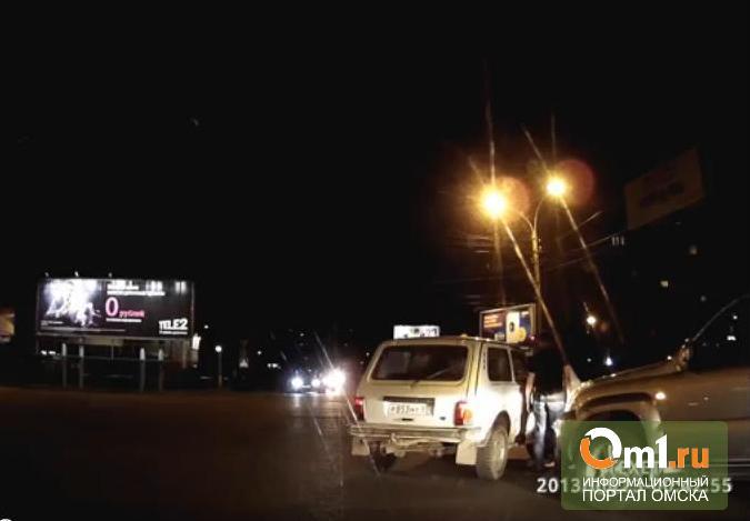 """Дорожные войны в Омске: пассажиры Land Cruiser побили водителя """"Нивы"""""""
