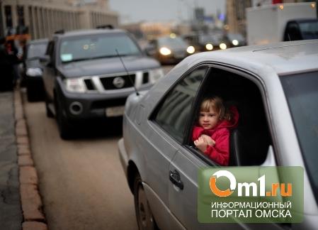 В Омске молодой отец повез детей в садик c жутким похмельем
