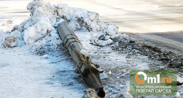 В Омске девушка на Honda спровоцировала лобовую аварию и врезалась в столб