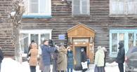 «Мечтаю хоть раз помыться в ванной»: Жители аварийного дома в Омске умоляют о помощи