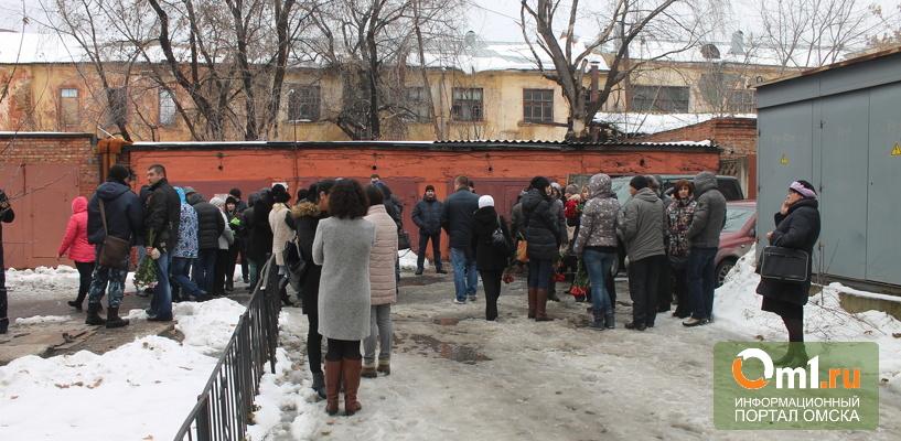 В Омске состоялось прощание с погибшей в трагедии с башенным краном семьей