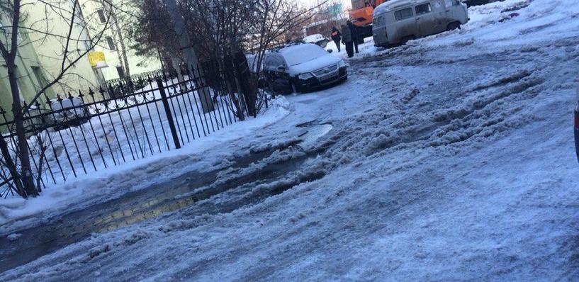 В Омске на улице Учебная прорвало трубу (обновлено)