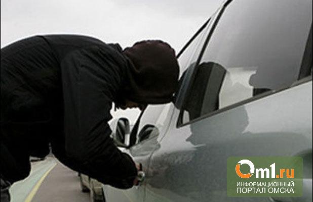В Омске с автомойки угнали автомобиль Toyota RAV4