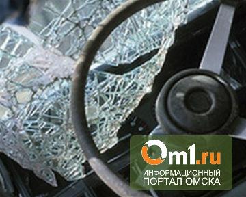 В Омске у ДК «Химик» автобус въехал в легковушку