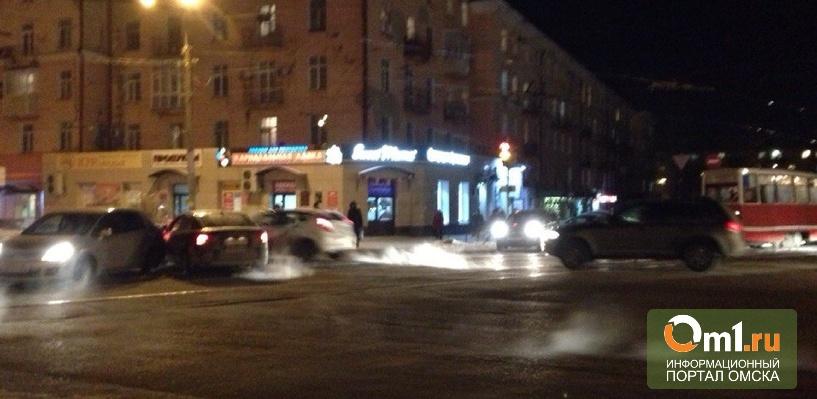 Иномарки заблокировали движение трамваев в Омске (фото)