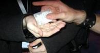 В Омске сотрудника полиции подозревают в продаже наркотиков
