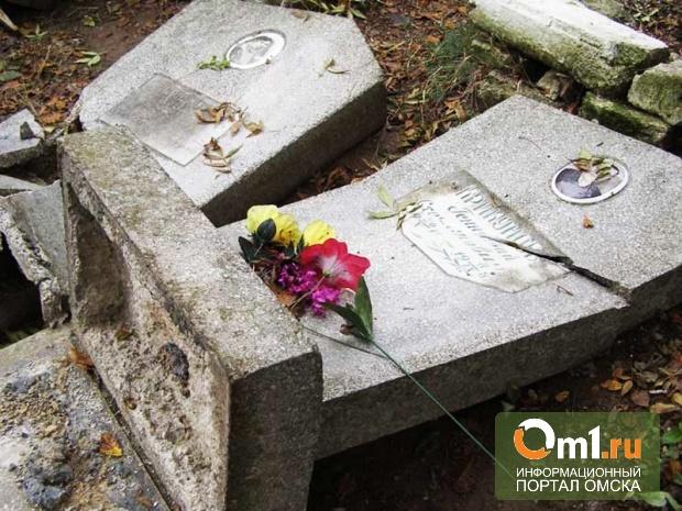 В Омске вандалы устроили костер на кладбище: жгли кресты и фото