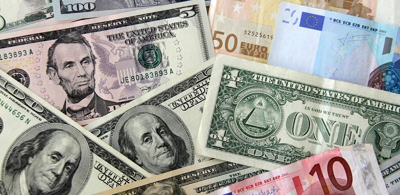 Центробанк: россияне резко начали скупать доллары и евро