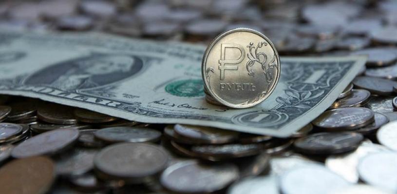 Курс валют: рубль подрос на фоне дорожающей нефти