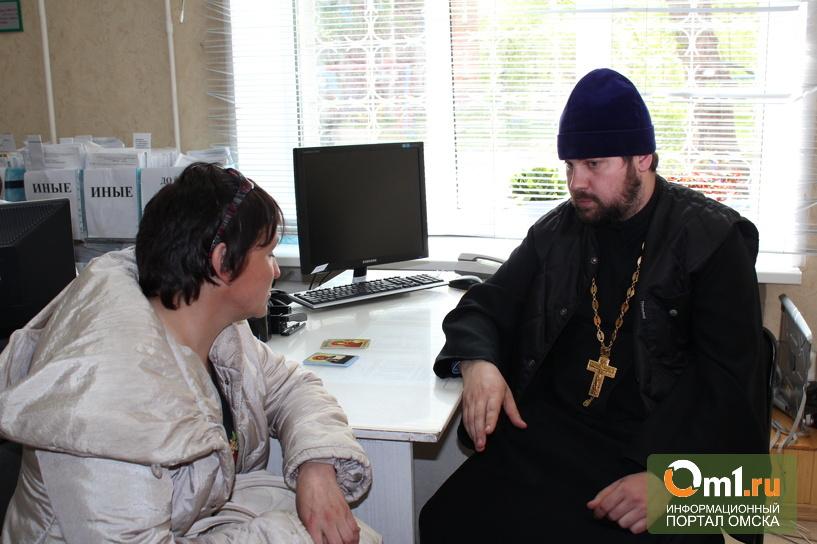 """Омские приставы """"воспитывают"""" алиментщиков с помощью священника"""
