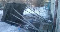 В центре Омска рухнул козырек подъезда жилого дома