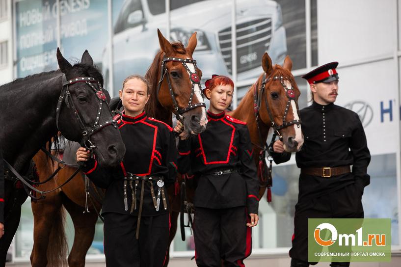 В Омске участников автопробега из Южно-Сахалинска встретили казаки